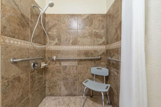Super 8 by Wyndham Abilene South - Abilene - Bathroom