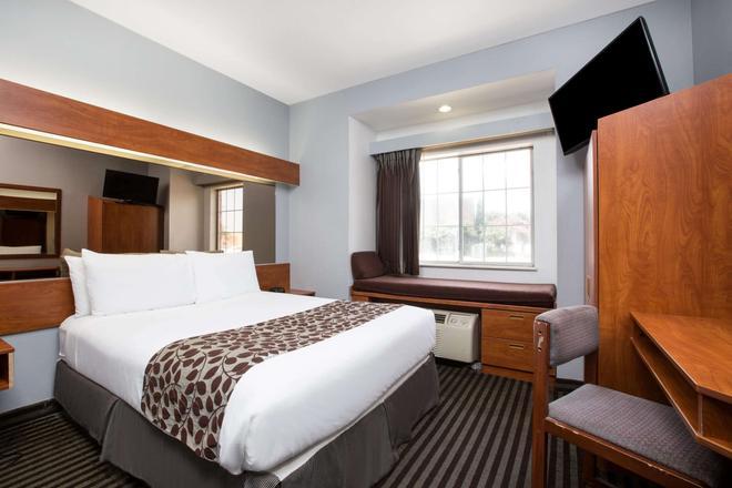 Microtel Inn & Suites by Wyndham Garland/Dallas - Garland - Makuuhuone