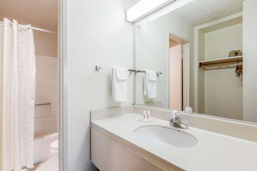 Super 8 by Wyndham Bakersfield/Central - Bakersfield - Banheiro