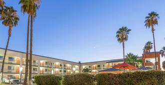 Super 8 by Wyndham Bakersfield/Central - Bakersfield - Edificio