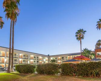 Super 8 by Wyndham Bakersfield/Central - Μπέικερσφιλντ - Κτίριο