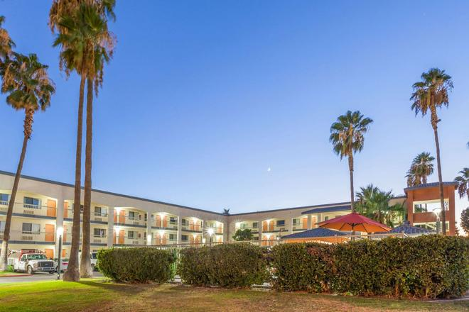 Super 8 by Wyndham Bakersfield/Central - Bakersfield - Building