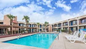 Days Inn By Wyndham San Antonio Splashtown/Att Center - San Antonio - Pool