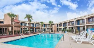 Days Inn By Wyndham San Antonio Splashtown/Att Center - סן אנטוניו - בריכה