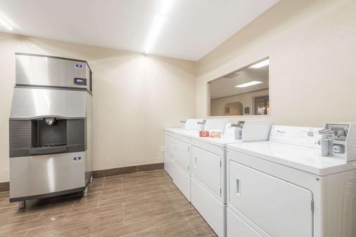 Days Inn By Wyndham San Antonio Splashtown/Att Center - Σαν Αντόνιο - Πλυντήριο ρούχων