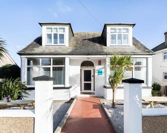 Oasis House - Falmouth - Building
