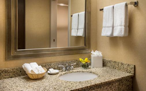 Coast Gateway Hotel - SeaTac - Bathroom