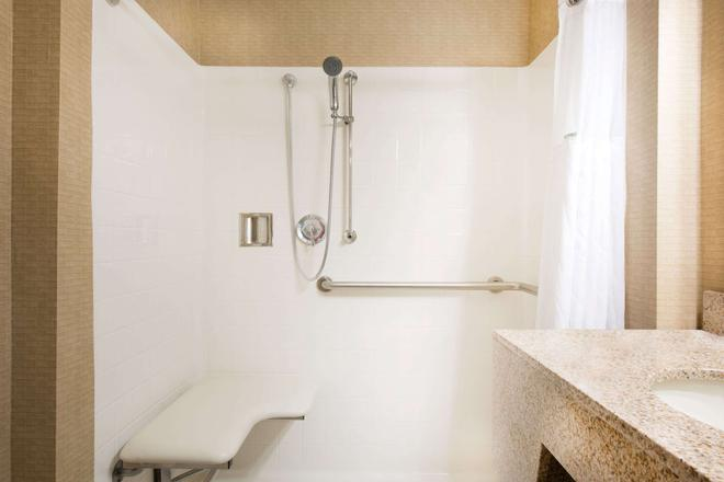 Wingate by Wyndham York - York - Bathroom