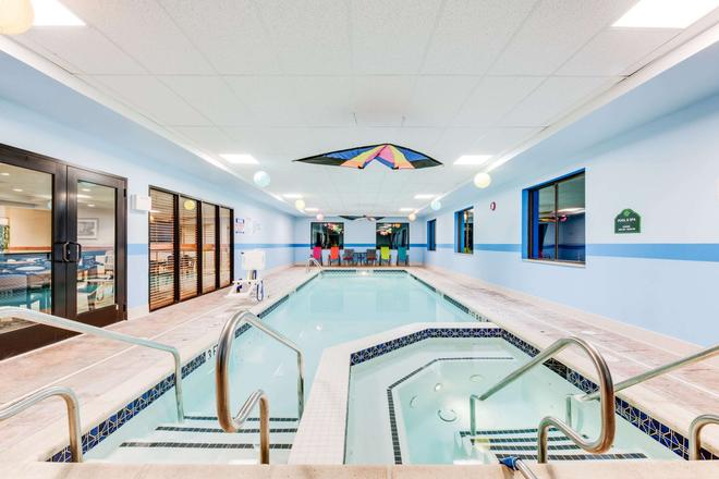 Wingate by Wyndham York - York - Pool
