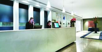 Adina Apartment Hotel Sydney Darling Harbour - Sydney - Front desk