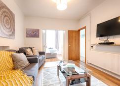 Generous Home Near The Liberty Stadium - Swansea - Olohuone