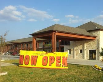 Pearsall Inn And Suites - Pearsall - Building