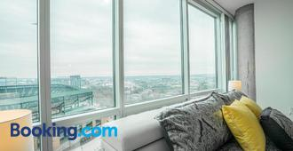 Heaven On Baltimore Downtown Fully Furnished Apartments - Baltimore - Living room
