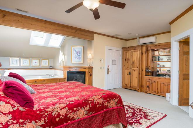Highland Lake Inn & Resort - Flat Rock - Bedroom