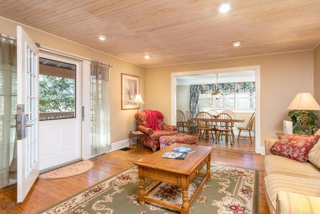 Highland Lake Inn & Resort - Flat Rock - Living room