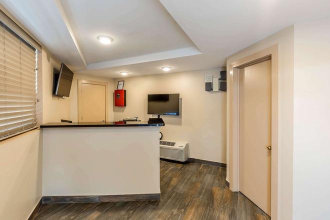 Rodeway Inn Chicago-Evanston - Chicago - Front desk