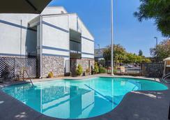 Quality Inn Fresno Yosemite Airport - Fresno - Pool