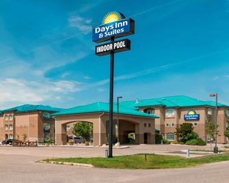 Days Inn & Suites by Wyndham Brandon - Brandon - Building