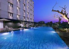 Hotel Neo Malioboro By Aston - Yogyakarta - Bazén