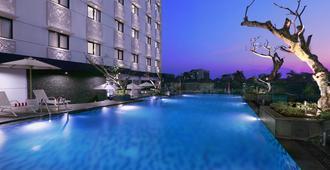 Hotel Neo Malioboro By Aston - Yogyakarta - Piscina