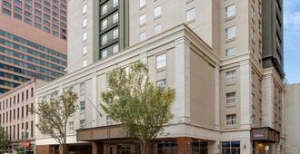 La Quinta Inn & Suites by Wyndham New Orleans Downtown - New Orleans - Building