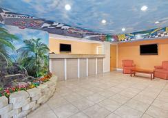 Super 8 by Wyndham Daytona Beach - Daytona Beach - Σαλόνι ξενοδοχείου
