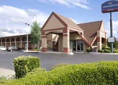 Howard Johnson by Wyndham Oklahoma City Airport/ Fairgrounds - Oklahoma City - Building