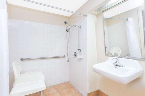 Super 8 by Wyndham Spartanburg/I-26 Exit 22 - Spartanburg - Bathroom