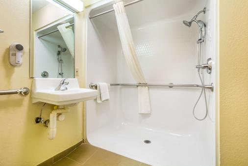 Quality Inn & Suites - Sellersburg - Bathroom