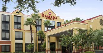 Ramada by Wyndham Suites Orlando Airport - Orlando - Rakennus