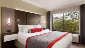 Ramada by Wyndham Suites Orlando Airport - Orlando - Bedroom