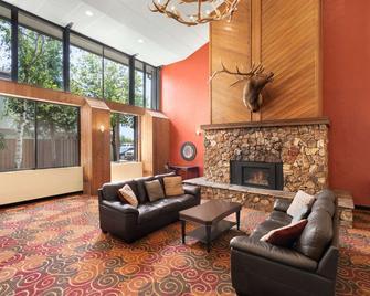 Days Hotel by Wyndham Flagstaff - Флегстафф - Вітальня