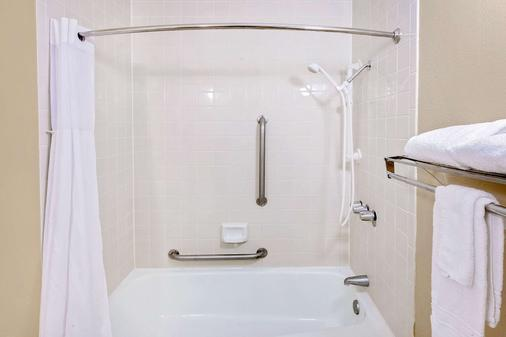 Days Inn by Wyndham Bay City - Bay City - Bathroom