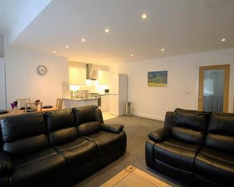 Exquisite 3 Bed apartment Near Heathrow - Staines-upon-Thames - Living room