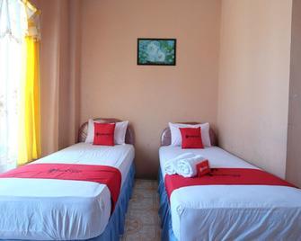 RedDoorz near Mangrove Forest Kupang - Kupang - Bedroom