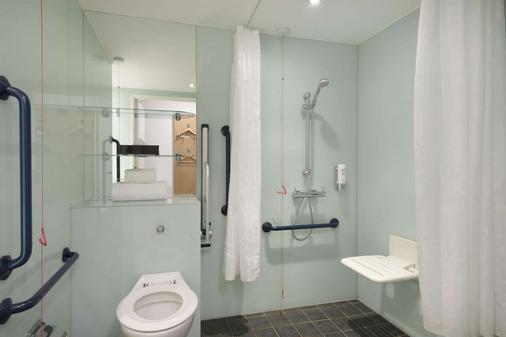 Ramada by Wyndham Belfast City Centre - Belfast - Bathroom