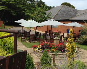 The Hog's Back Hotel & Spa Farnham - Farnham - Patio