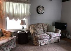 Bennington Guest Farmhouse - Bennington - Living room