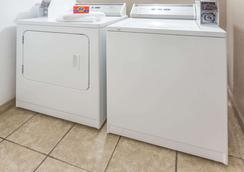 Super 8 by Wyndham Mundelein/Libertyville Area - Mundelein - Laundry facility