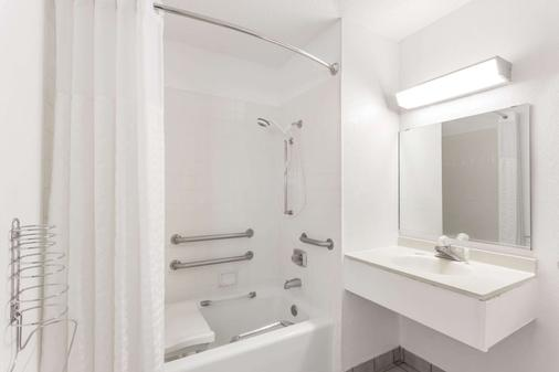 Super 8 by Wyndham Mundelein/Libertyville Area - Mundelein - Bathroom
