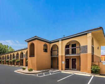 Econo Lodge - Gainesville - Building