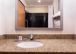 Wingate by Wyndham Athens Near Downtown - Athens - Bathroom