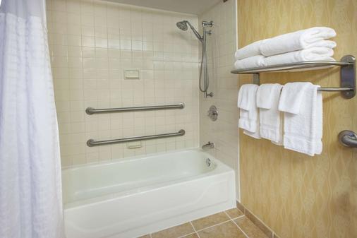 Baymont by Wyndham Harrisburg - Harrisburg - Bathroom