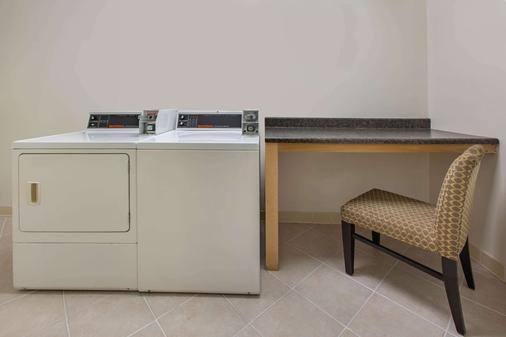 Baymont by Wyndham Harrisburg - Harrisburg - Laundry facility