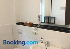 Hilda Apartments - Rust - Bathroom