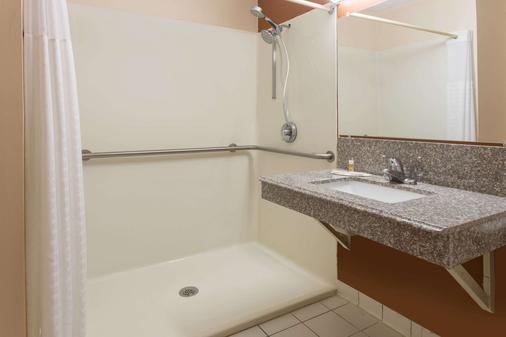 Days Inn by Wyndham Myrtle Beach - Myrtle Beach - Bathroom