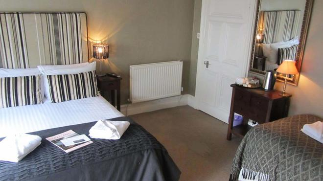 Monties Guest House - Windermere - Bedroom