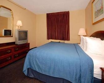 Econo Lodge Inn & Suites - Waterloo - Bedroom