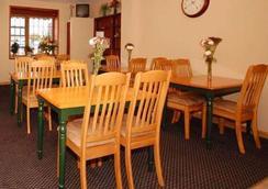 Econo Lodge Inn and Suites Waterloo - Waterloo - Restaurant