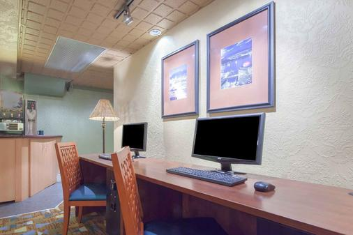 Howard Johnson by Wyndham Vancouver Downtown - Vancouver - Business centre